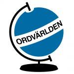 """Ordvärldens logotyp - en blå jordglob, med fot och ställning i svart. Runt ekvatorn löper ett vitt band, där står det """"Ordvärkden"""" i versaler i svart."""