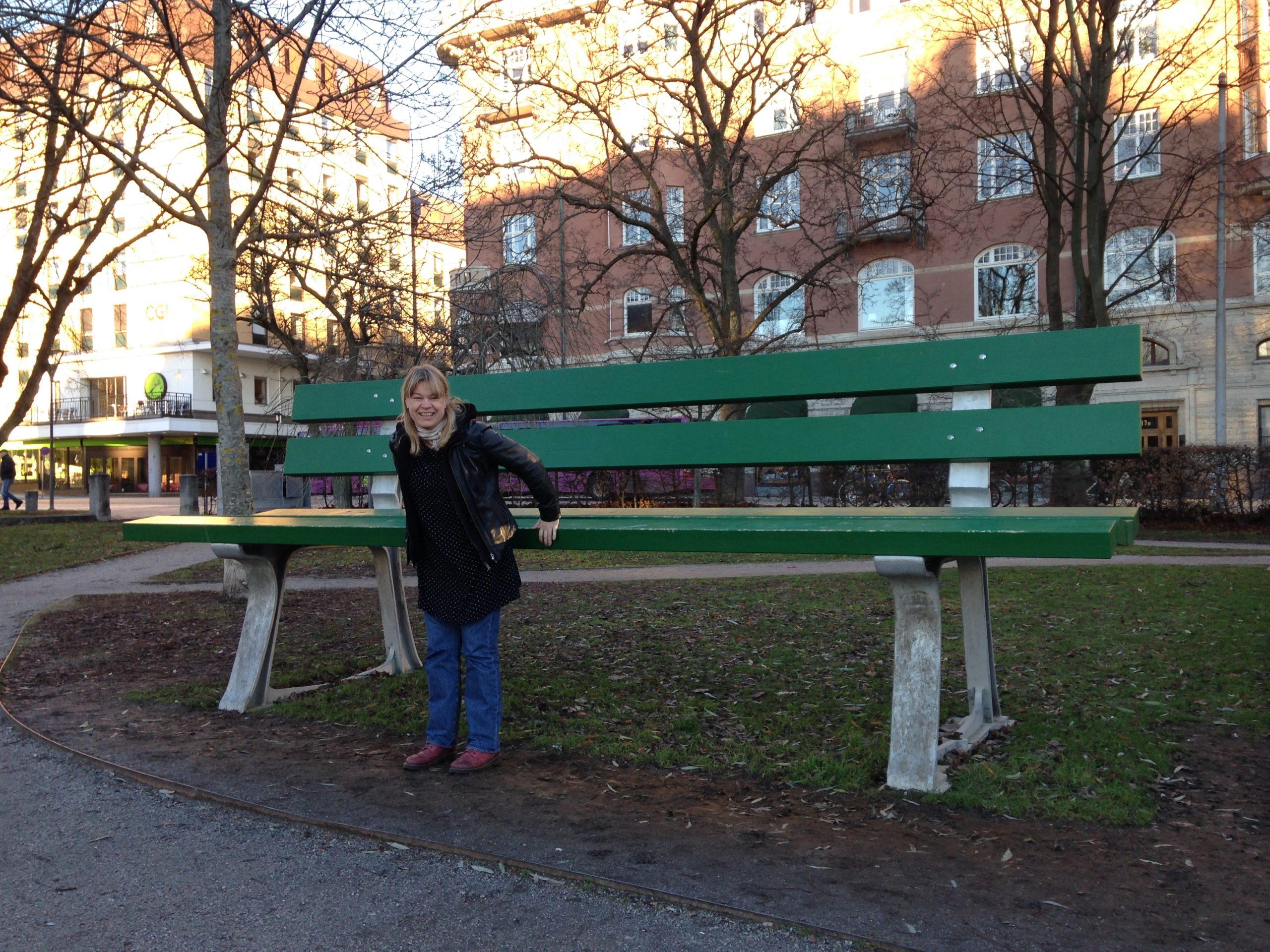 Jag framför en parkbänk i jättestorlek. Sitsen är i höjd med min ända. Jag ler och försöker hoppa upp.